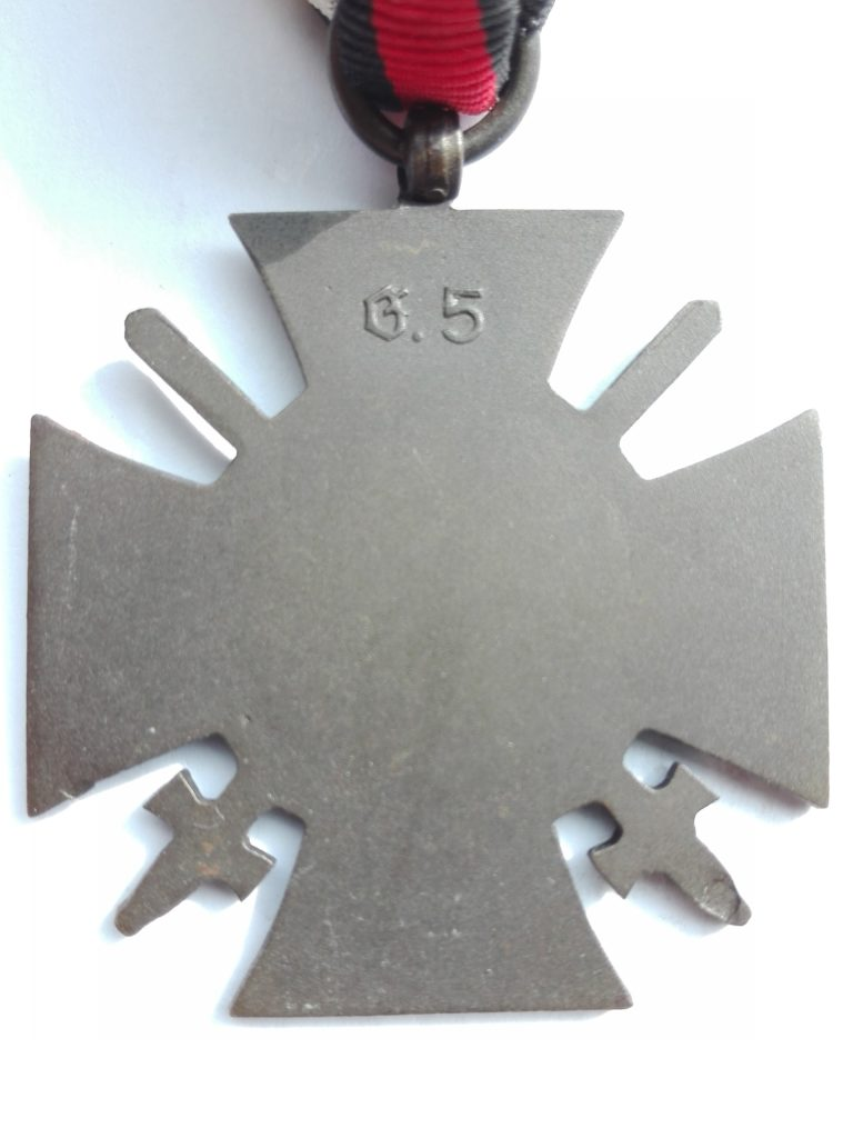 Reverse of hindenberg cross with swords. Plain reverse shows the gothic script G.5 maker mark.